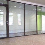Cloison modulaire double vitrage avec stores intégrés et porte cadre aluminium.Aix en provence