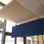 Panneaux et écran stéréo suspendus.Banque Marseille